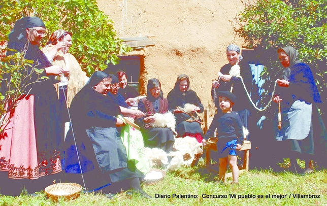 'A la solana' cardaban la lana en otros tiempos para elaborar tejidos y se empleaban las mujeres del pueblo en la costura al aite libre. La imagen quiere rememorar aquelllas costumbres.