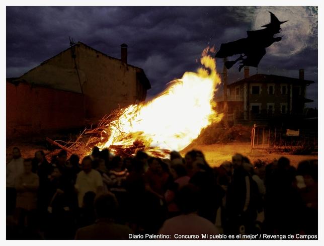 Los vecinos de Revenga de Campos vivieron una mágica Noche de San Juan en torno a la hoguera purificadora, donde arden los malos momentos para dar paso a una vida renovada y más positiva.