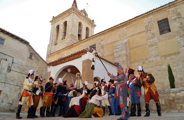AUTILLA DEL PINO: se representa la afrenta a la Virgen del Rosario en la iglesia de la Asunción por las tropas francesas en 1813. El pueblo y los soldados españoles la defendieron
