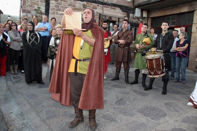 BRAÑOSERA: Por oooorden de su Majestad el Rey Alfonso II, llamado El Casto, Brañosera queda abieeeeerto por Vacaciooooneeeees. Vengan vuestras mercedes a admirar su paisaaaajeeeee y a degustar las excelentes viandas.