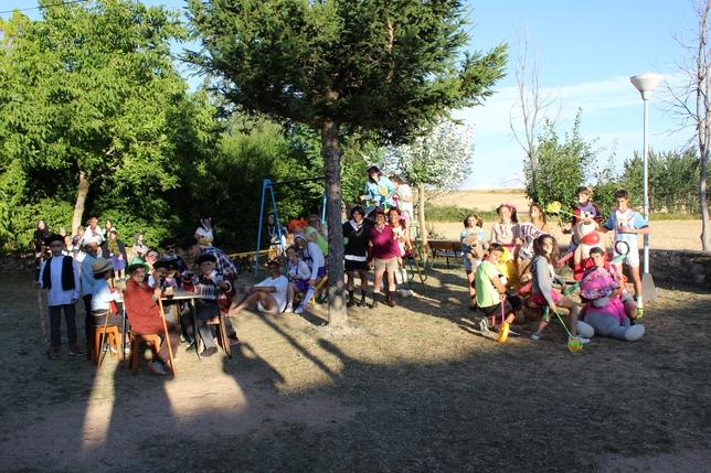 VELILLA DE LA PEÑA: En Velilla de la Peña los vecinos y veraneantes han intercambiado este año los papeles. Los más pequeños, vestidos de abuelos, fueron quienes llevaron al parque a sus padres, que lucían ropas de bebés.