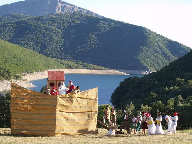 OTERO DE GUARDO: En estos tiempos tan inciertos, el Noe de Otero, acoge en su famoso arca, a las tribus del mundo entero.