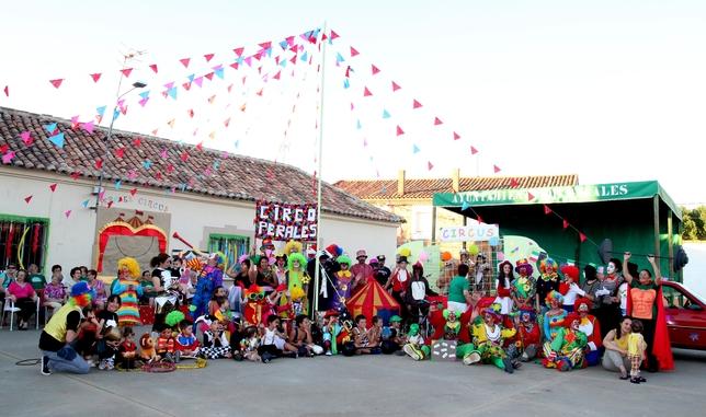 PERALES: Había una vez!!!  Amigos y vecinos de Perales se reúnen un año más para disfrutar de las Fiestas de San Roque. Y vaya circo se ha montado.