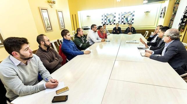 José Luis García, el candidato a presidir el Burgos junto a Miguel Ángel Benavente y Nacho San Millán, se reunió ayer por la tarde con varios representantes de las peñas del club para explicarles el proyecto de su candidatura y escuchar sus inquietudes. Jesús J. Matías