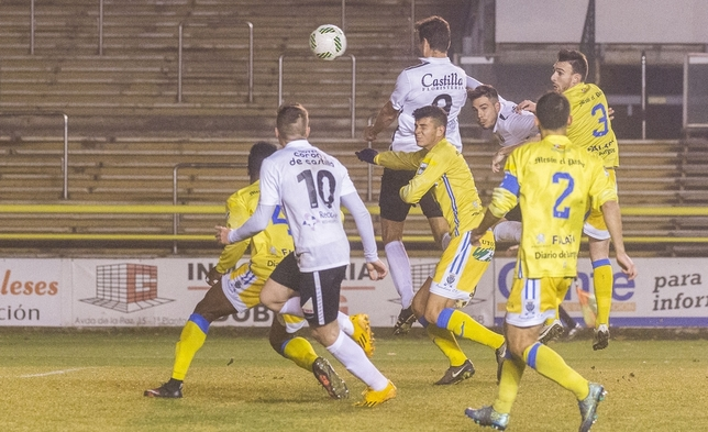 Montero salta para cabecear a la red un balón centrado por Álvaro Antón.  Jesús J. Matías
