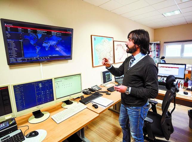 José Luis Montes, jefe del Cecovi, ante la pantalla desde donde se controlan los parques eólicos. Luis Lopez Araico
