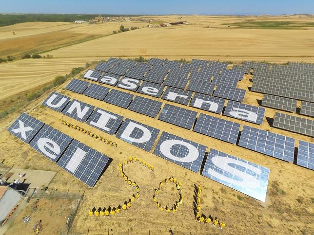 LA SERNA: Hace 10 años, el Ayuntamiento y muchos vecinos y descendientes del pueblo unieron sus economías, sus ilusiones y apostaron por la energía del SOL, con fines como generar recursos para el pueblo.