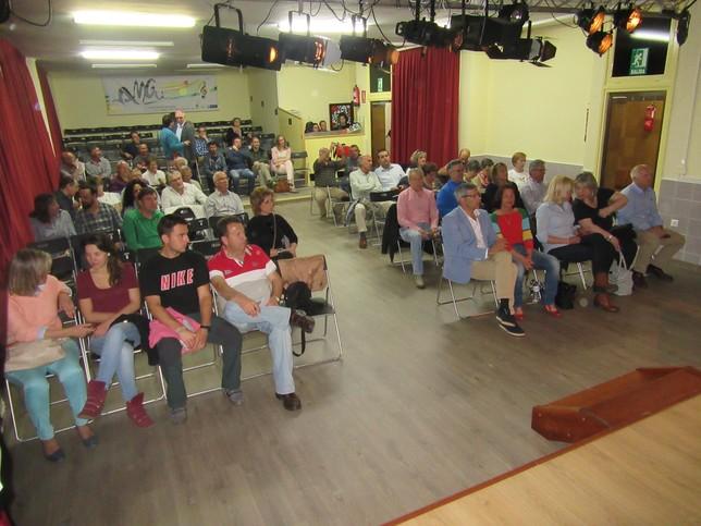 Por el Salón de Actos de la Escuela de Música pasaron durante toda la mañana decenas de vecinos y políticos de la comarca. Rubén Abad