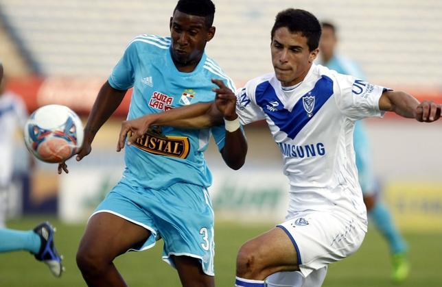 Federico Vázquez (d.), durante un partido con el Vélez Sarsfield. EFE