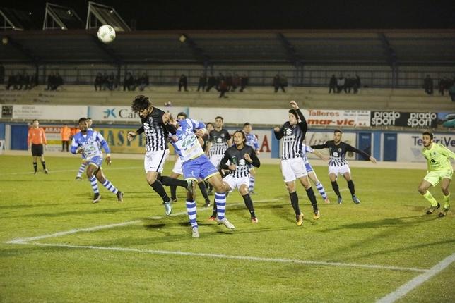 El Burgos pasó apuros en la segunda mitad ante el asedio de la Arandina, que buscó hasta el final el 2-1 que hubiera igualado la eliminatoria. Julio Calvo