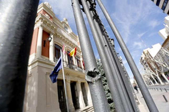 Verja del Palacio Provincial de Albacete, donde todavía queda constancia de la metralla que afectó al edificio por una de las bombas de la Legión Cóndor.  RUBEN SERRALLE