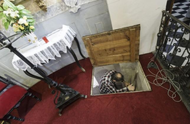 A la cripta se accede desde una trampilla en la zona del altar. Victor Ballesteros