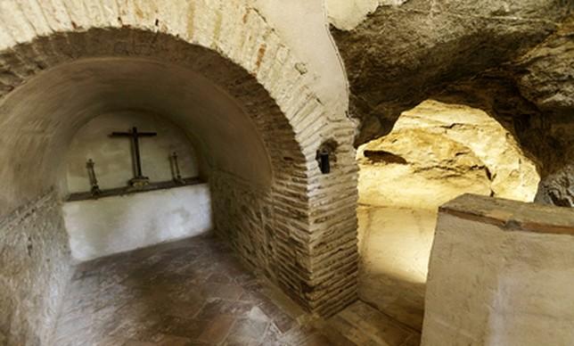 Interior de la cueva-oratorio de la beata que la hermandad ha adecentado con motivo de la romería. Victor Ballesteros