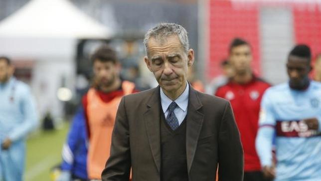 Carlos Terrazas muestra su pesar tras la goleada encajada por su equipo en Anduva ante el Levante. @LaLiga