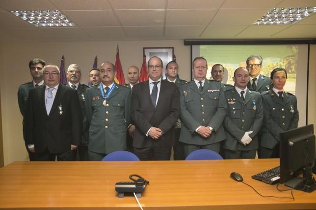 El subdelegado del Gobierno, Luis Miguel Cárcel (3i), y el teniente coronel jefe de la Comandancia, Florencio Hermoso (3d), junto a los condecorados  EVA GARRIDO