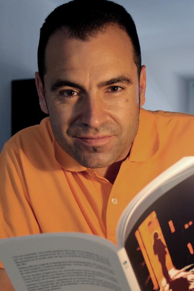 El poeta granadino José Luis Martínez Clares. La Tribuna