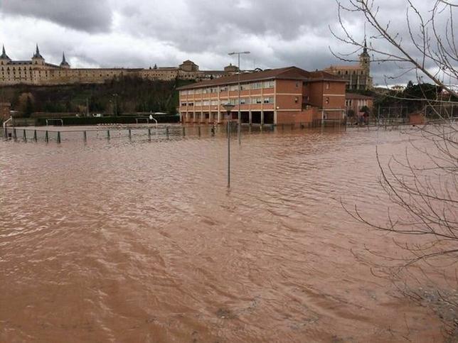 El colegio de Lerma, anegado por el agua del Arlanza. @JavierPerezARGI