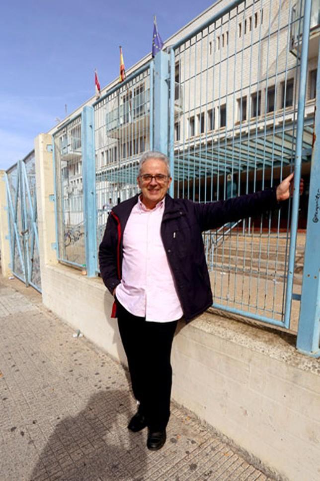 Pedro Miguel González Urbaneja, en las puertas del Instituto Andrés de Vandelvira. A. Pérez