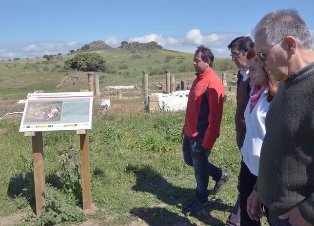 Autoridades y representantes de colectivos del Valle de Alcudia y Sierra Madrona, en el yacimiento de Sisapo.