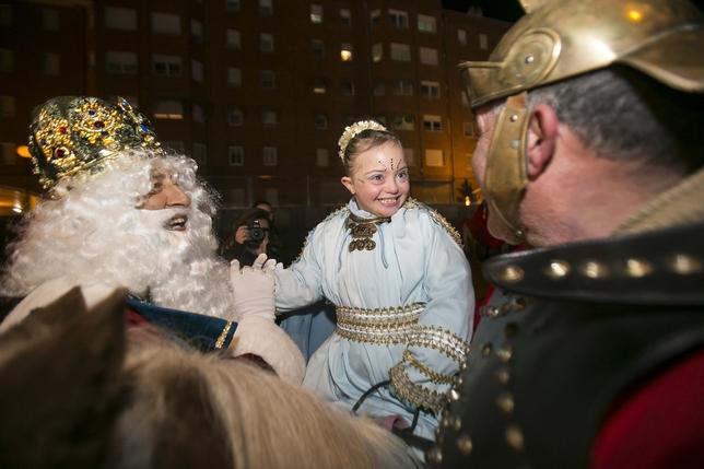 Melchor saluda a una niña antes de dar comienzo la Cabalgata de Reyes. Reyes Martínez