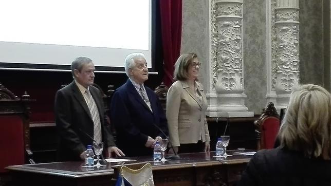 Mesa presidencial con Carlos Martín Santoyo, Santiago Martín El Viti y Ángeles Armisén.
