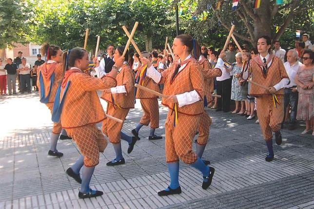 VILLAMEDIANA: Paloteo de los danzantes en la plaza, ante la presencia de autoridades, vecinos y visitantes. Los danzantes de Villamediana representaron a Palencia