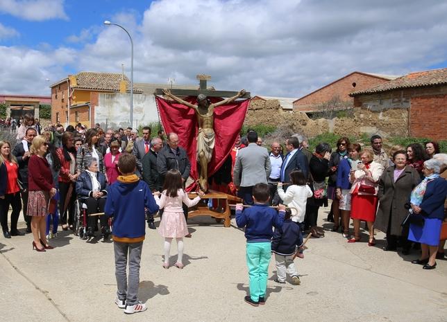 PEDRAZA DE CAMPOS: La tradicion de bailar al Cristo de la Salud, presentando la cachaba con ambas manos.