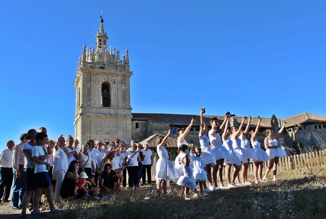 TÁMARA: Cambiamos el ejército napoleónico por los jóvenes y niños y el pueblo español sublevado por los adultos, la montaña del Príncipe Pío por el Castillo, los fusiles por los móviles y las balas por los 'selfies'.