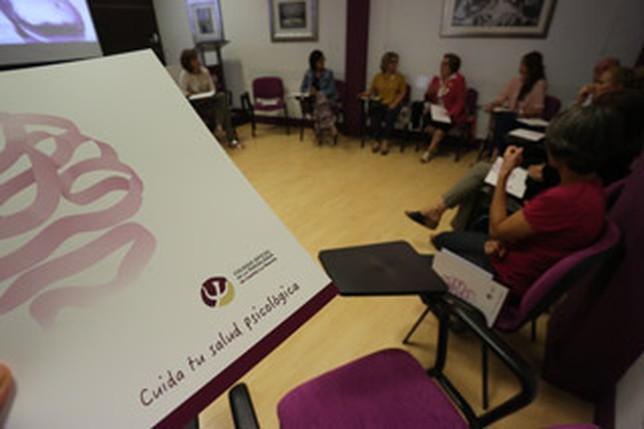 Imagen de archivo de un café-coloquio celebrado en el Colegio con familiares de enfermos de Alzhéimer.  R.S.