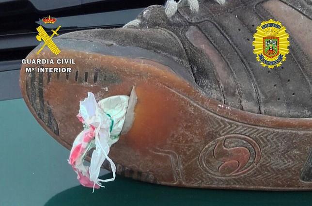 Una de las personas denunciadas ocultaba la droga en la suela de la zapatilla. OPC