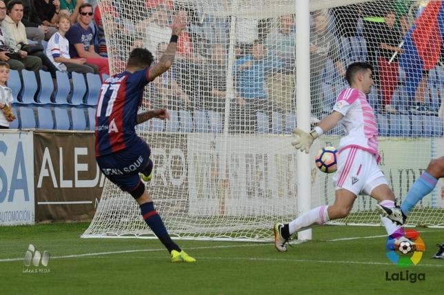 Momento en el que Vadillo bate a Sergio para establecer el 1-0. @LaLiga