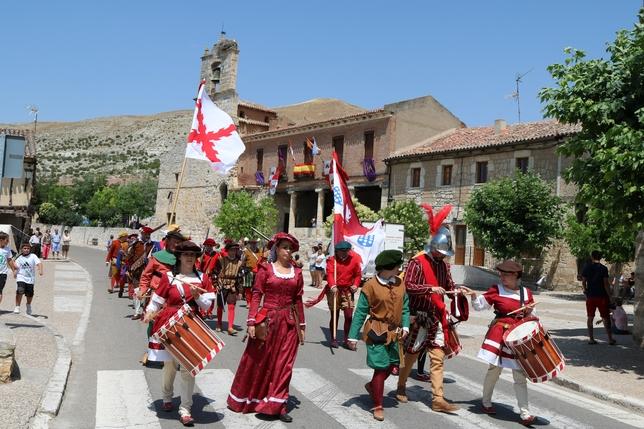 PALENZUELA: Desfile de las tropas por las calles de la muy noble y leal villa de Palenzuela. FOTO: LUIS ANTONIO CURIEL CALLEJA