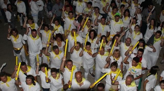 BÁSCONES DE OJEDA: Simulando a San Fermín, en Báscones también aclamamos a nuestro patrón San Bartolín antes del particular encierro