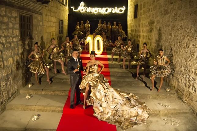 """VALDESPINA: ANIVERSARIO; Valdespina brinda por el 10º Aniversario del concurso """"Mi pueblo es el mejor"""" y lo celebra vistiéndose con sus mejores galas: las hojas del periódico. FOTO: L. ENRIQUE DE LA CAL"""
