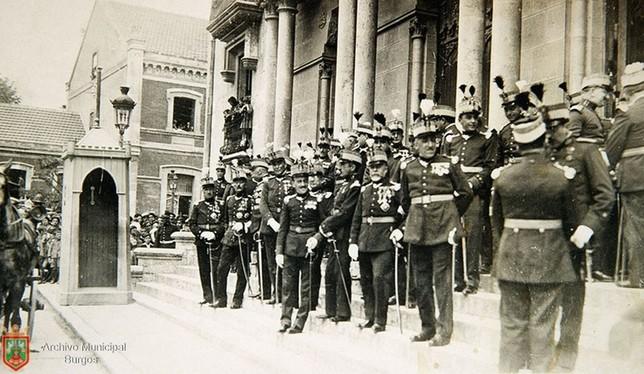 Militares posando en las escaleras del palacio de Capitanía. Archivo Municipal de Burgos
