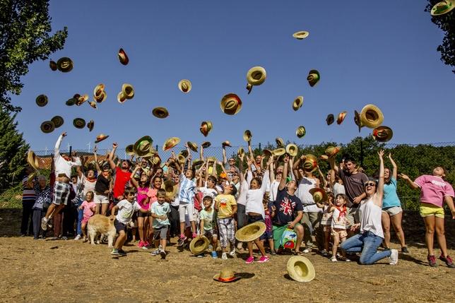 """PORQUERA DE SANTULLÁN: Los vecinos de Porquera unen sus ilusiones en estas fiestas, y lanzan los sombreros al aire esperando que continúe la alegría y unión entre todos""""."""