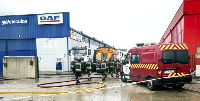 Los bomberos de Burgos durante su intervención en el incendio de la nave de DAF el pasado 9 de enero. Patricia