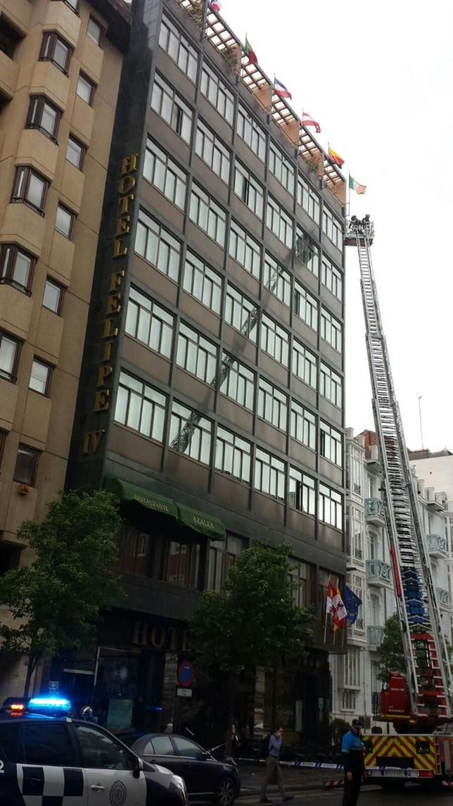 Los Bomberos intervienen por una caída de cascotes del hotel Felipe ...