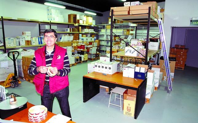 Un operario del Consejo Regulador prepara en una imagen de archivo un pedido de contraetiquetas para una de las bodegas amparadas. DB