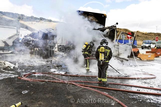 Dos camiones chocan de frente en la N-1 junto al camping y las piscinas de Monasterio de Rodilla, causando un fallecido