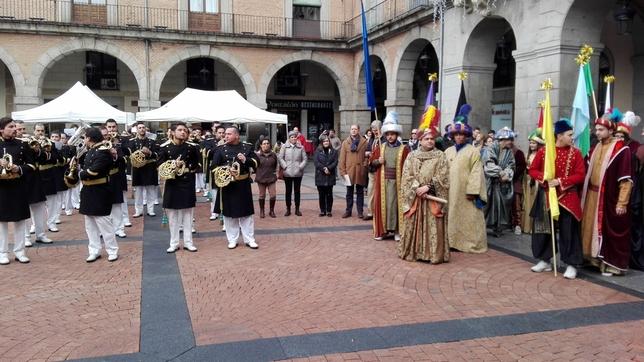 El emisario real recibe las llaves de Ávila