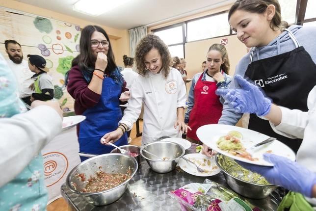 Martina rodeada de alumnos en el campamento de Masterchef para niños y jóvenes que cada año se celebra en Sedano