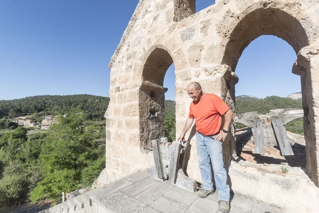 El alcalde de Río Quintanilla en el campanario de la ermita donde han sustraído las campanas, hecho que se repite preocupantemente en la provincia