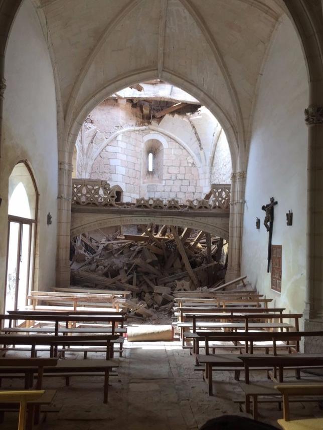 La espadaña del templo, construido entre los siglos XVI y XVII, han caído sobre la última bóveda de la iglesia y el coro de la misma junto con dos pequeñas campanas. @archiburgos