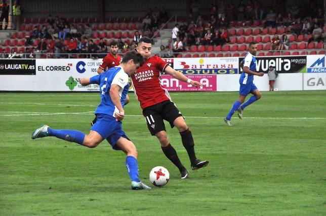 Yanis tapa un pase de un jugador del Peña Sport durante el partido de esta tarde en Anduva. @CDMirandes