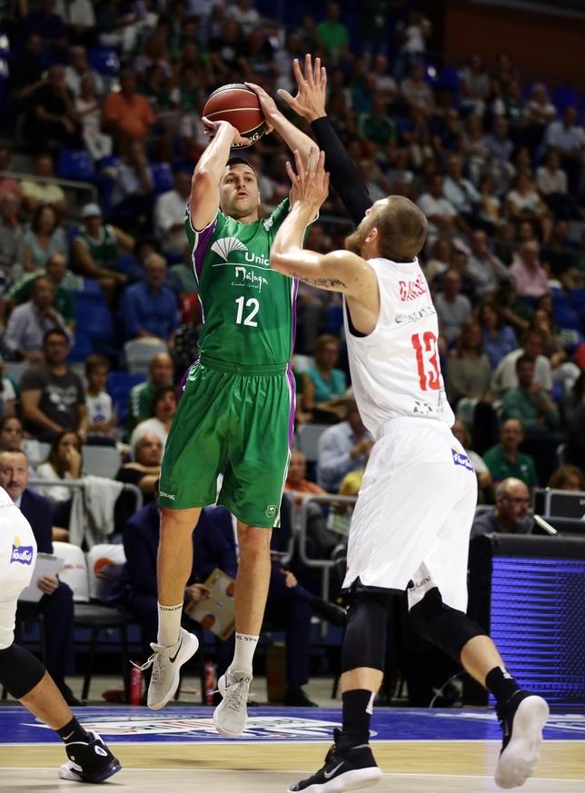 Deividas Gailius (en la imagen tratando de taponar a Dragan Mirosavljevic en el partido disputado en el Carpena) es duda por problemas en una de sus muñecas ACB Photo / M. Pozo