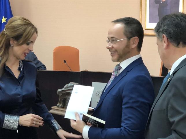 Praena recibe el premio de manos de Francisco Vázquez y Silvia Clemente
