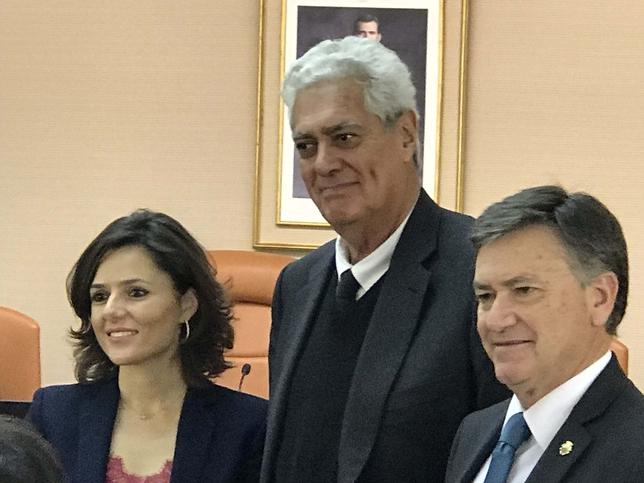 La diputada de Cultura, Sara Dueñas, entrega el accésit a Humberto Saldaña junto a Vázquez A.M.