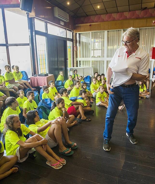 Vicente Paniagua narra una anécdota a los jóvenes alumnos. RUEDA VILLAVERDE