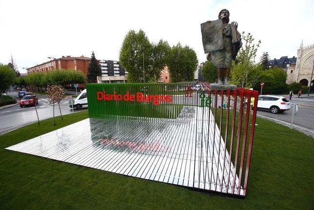 La escultura es de colores verde y rojo y entre sus elementos destacan la vocera o la cabecera del periódico. Alberto Rodrigo